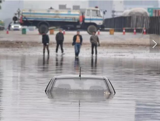 行驶途中突遇大雨车辆需要注意什么?